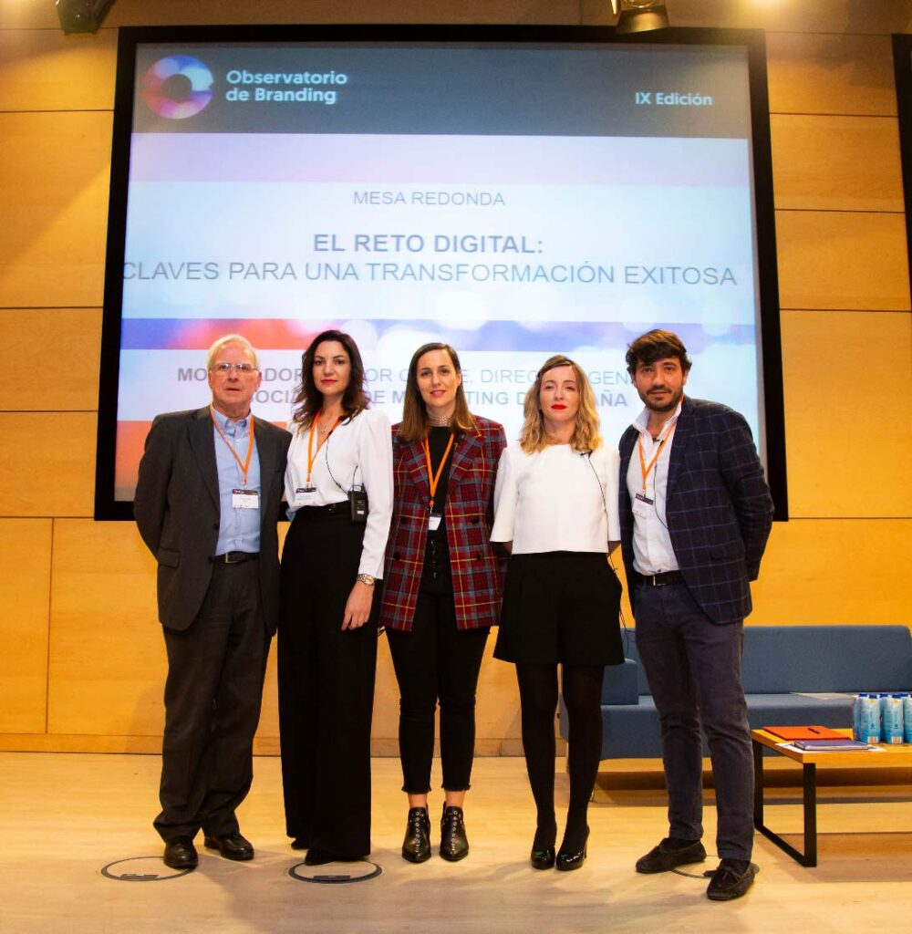 Víctor Conde, director general de la Asociación de Marketing de España; Rosa González, directora de Marca y Cultura Corporativa de Banco Santander; Natalia Ruda, Global Head of Brand de Cabify; Eva Pavo, directora de Marketing y Comunicación de Correos; y Javier Sánchez, director de Marketing de Multiópticas.